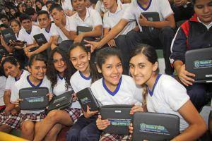 Estudiantes con portátiles en Bolivia